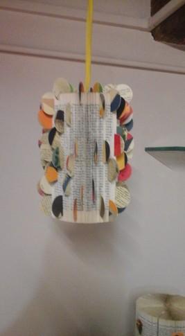albero degli zecchini realizzato con pieghe di libro e pasticche di cartoncino tratte da un libro di Pinocchio